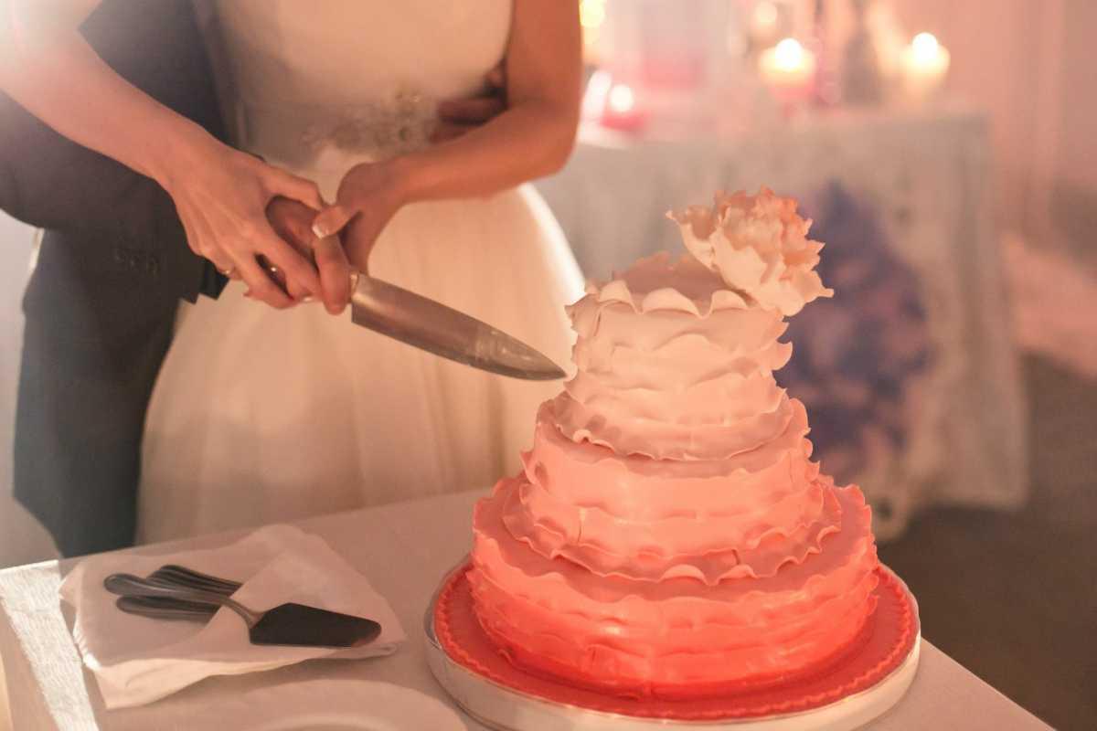 svadebnyj-tort-v-stile-ombre ТОП-5 трендов на свадебные торты в 2016 году, как не ошибиться с выбором главного свадебного угощения