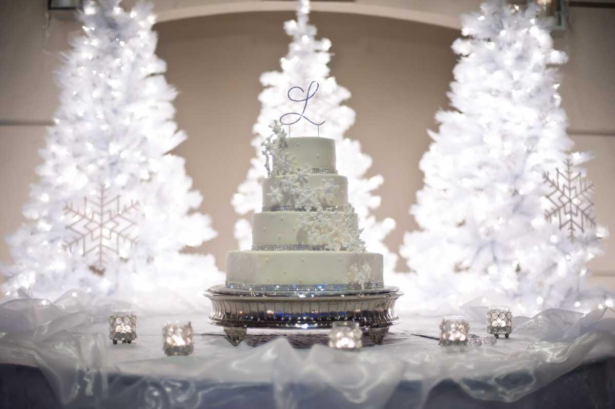 1-dekor-dlya-svadebnogo-torta Советы по выбору свадебного торта, как не допустить ошибки при выборе главного угощения торжества?