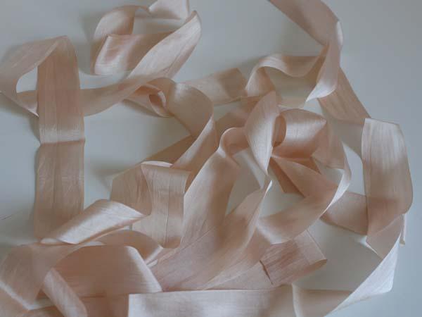 dekor-dlya-svadebnogo-buketa-2 Декорируем сами свадебный букет невесты в стиле рустик при помощи лент