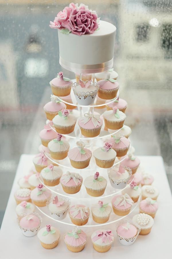 Nezhnyj-tortik-s-kapkejkami Торты с капкейками новая свадебная мода!