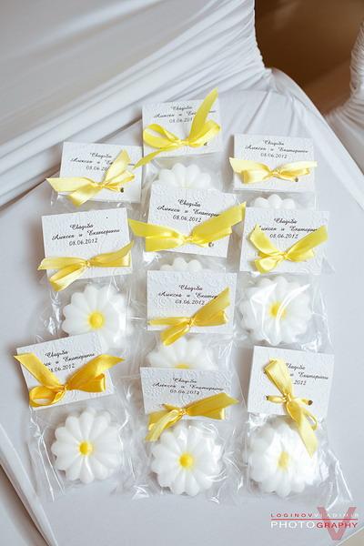 podarki-dlya-gostej-dlya-svadby-v-romashkovom-stile Ромашковая свадьба - один из вариантов оформления свадьбы в цветочно-ромашковом стиле