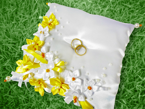 podushechka-dlya-kolets-dlya-romashkovoj-svadby Ромашковая свадьба - один из вариантов оформления свадьбы в цветочно-ромашковом стиле