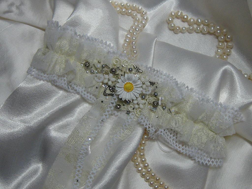 podvyazka-dlya-romashkovoj-svadby Ромашковая свадьба - один из вариантов оформления свадьбы в цветочно-ромашковом стиле
